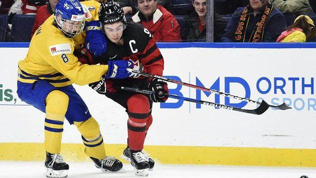 Švéd Rasmus Dahlin (8) a Kanaďan Dillon Dubé (9) na nedávném MS dvacetiletých.