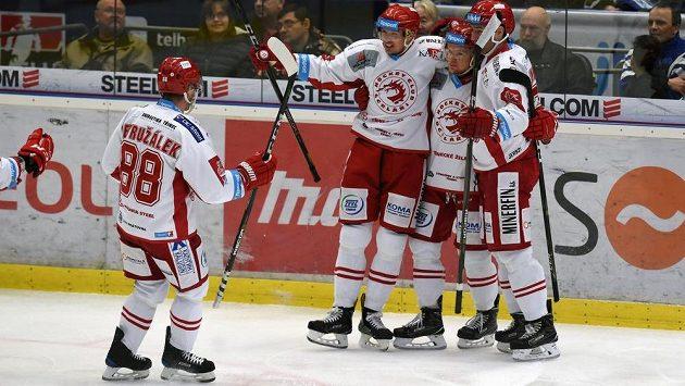 Hráči Třince se radují z prvního gólu, který dal Daniel Rákos (druhý zleva). Vlevo je Jakub Petružálek, který mu nahrál.