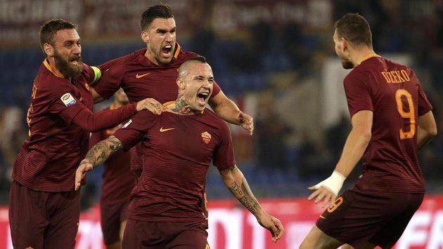Hráči AS Řím se radují z gólu Nainggolana (uprostřed) v zápase proti AC Milán.