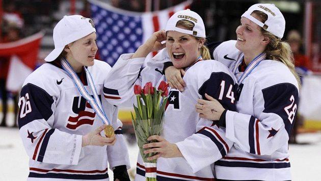 Hokejistky Spojených států amerických zleva Kendalla Coyneová, Brianna Deckerová a Amanda Kesselová slaví titul světových šampiónek.