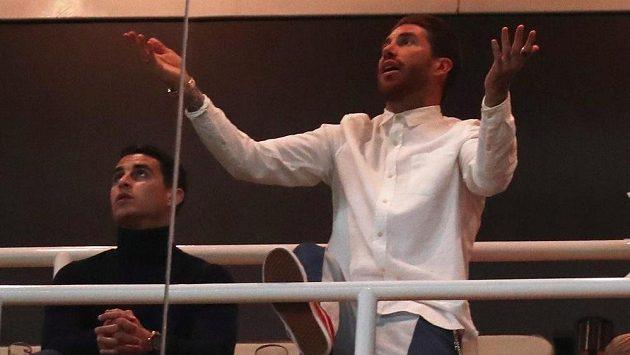 Kvůli trestu pauzírující Sergio Ramos z Realu Madrid jen bezradně gestikuluje v lóži.