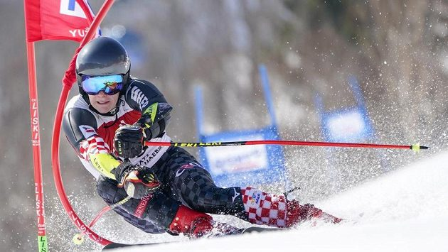 Chorvatský lyžař Filip Zubčič na trati obřího slalomu v rámci Světového poháru v japonské Naebě.