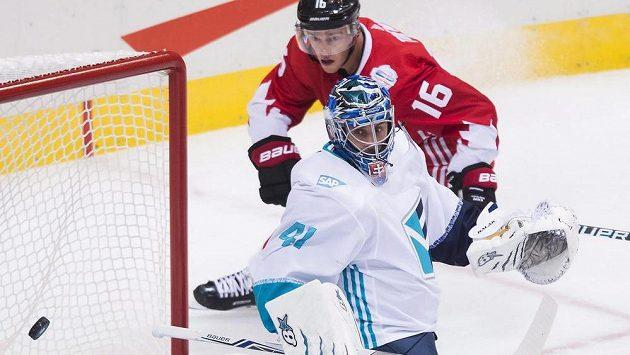 Gólman Výběru Evropy Jaroslav Halák zasahuje proti střele Jonathana Toewse z Kanady.