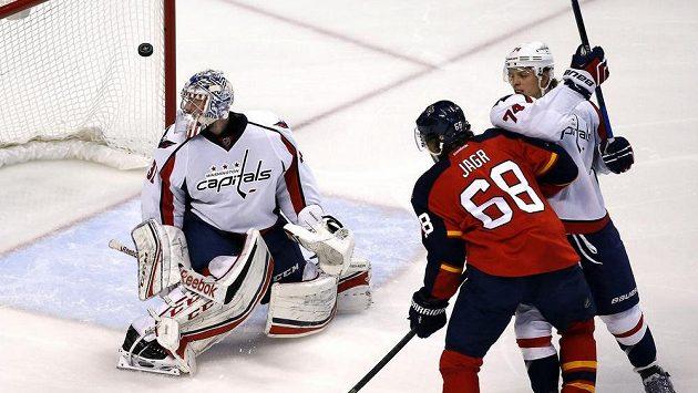 Jaromír Jágr z Floridy (druhý zprava) střílí svůj 731. gól v NHL za záda gólmana Washingtonu Philippa Grubauera.