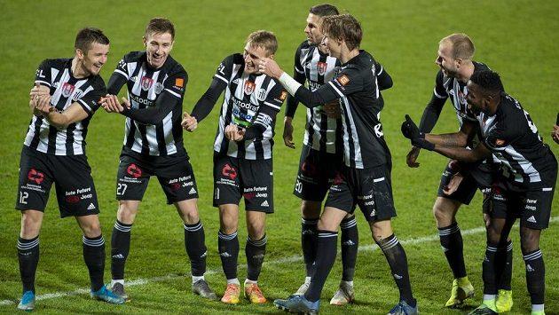 Fotbalisté Českých Budějovic se radují z druhého gólu. Zleva Benjamin Čolič, Matej Mršič, Patrik Čavoš, Petr Javorek, Pavel Novák, Martin Králik a Ubong Ekpai.