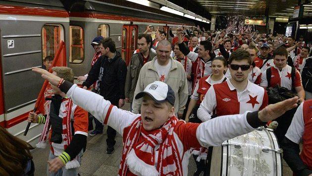 Slávističtí fanoušci před nedávným derby na Spartě.