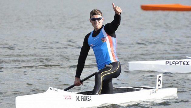 Vítězné gesto českého singlkanoisty Martina Fuksy na mistrovství Evropy v portugalském Montemor-o-Velho.