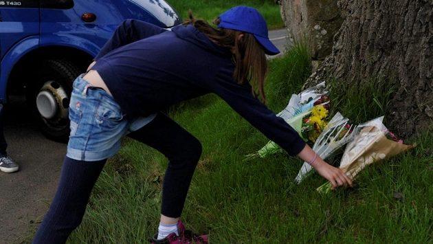 Fanoušci přináší na místo tragédie skotské rallye květiny.