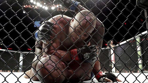 Ilustrační foto: Daniel Cormier a Derrick Lewis během své bitvy na galavečeru UFC 230 v New Yorku.