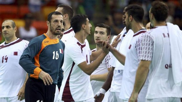 Katarští házenkáři slaví na olympijském turnaji výhru nad Chorvatskem.