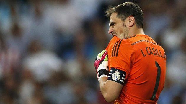 Na kapitána Bílého baletu Ikera Casillase se píská. A zároveň se mu tleská.