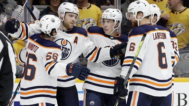 Německý útočník Leon Draisaitl (29) září v dresu Edmontonu. Z gólu v utkání NHL se raduje se svými spoluhráči.