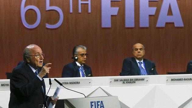 Prezident FIFA Sepp Blatter hovoří na 65. volebním kongresu.