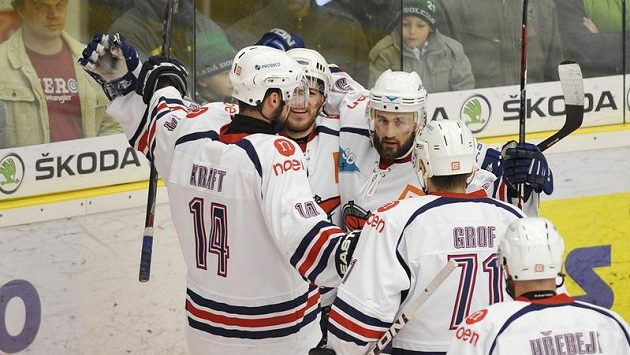 Hokejisté Chomutova oslavují gól