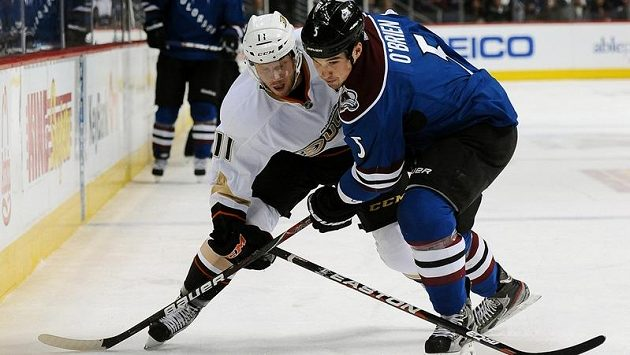 Hokejista Anaheimu Ducks Saku Koivu (vlevo) v souboji s Shanem O'Brienem z Colorada Avalanche.