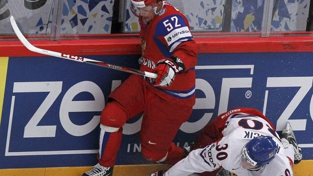 Obránce Jakub Krejčík se snaží zastavit ruského útočníka Sergeje Širokova.