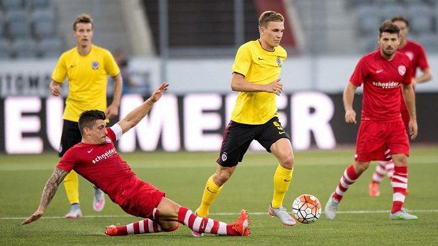 Dennis Hediger z Thunu (vlevo) se snaží zastavit Bořka Dočkala ze Sparty.