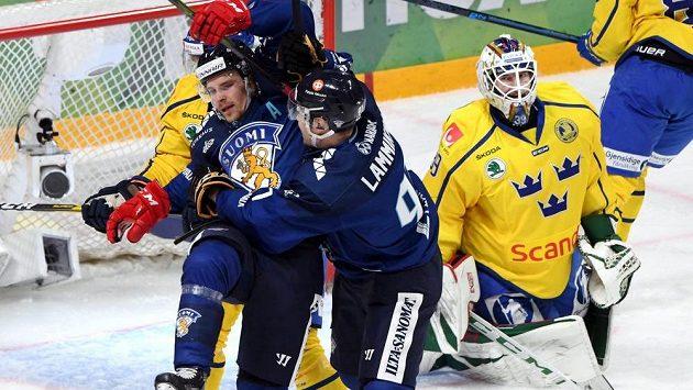Finští hokejisté Juho Lammikko a Mikko Lehtonen se radují z úvodního gólu v severském derby se Švédy.