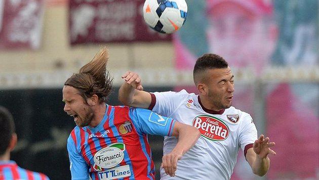 Záložník Jaroslav Plašil (vlevo) v souboji s turínským Omarem El Kaddourim zažívá v klubu další trenérskou změnu.