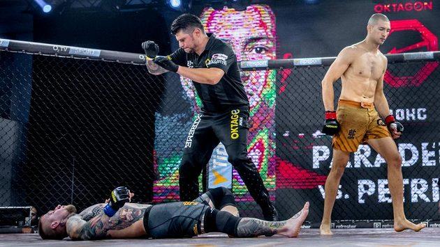 Ronald Paradeiser a Michal Petriš, bratislavské derby do 80 kilo, za 62 sekund slavil Paradeiser.