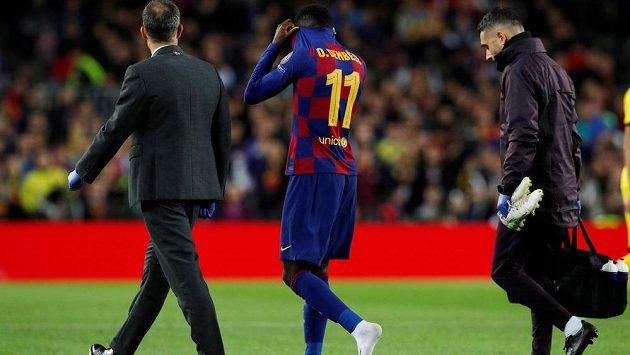 Ousmane Dembélé opouští hřiště po zranění v utkání Ligy mistrů proti Dortmundu.
