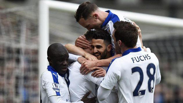 Rijád Mahríz a jeho spoluhráči z Leicesteru slaví výhru na hřišti Crystal Palace.