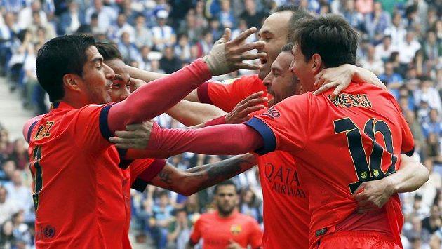 Fotbalisté Barcelony slaví gól na hřišti Espaňolu. Druhý zleva je autor branky Neymar.