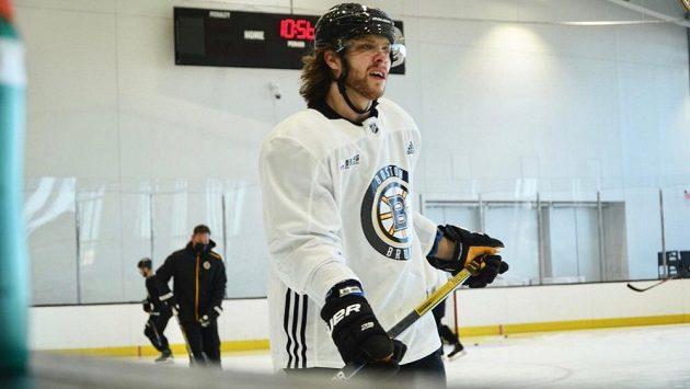 David Pastrňák na pondělním tréninku hokejistů Bostonu.