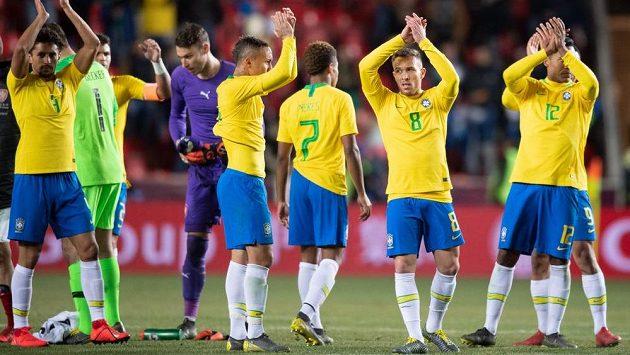 Fotbalisté Brazílie děkují divákům po přátelském utkání v Praze.