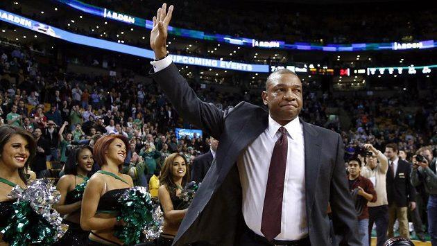 Kouč Los Angeles Clippers Doc Rivers zdraví domácí fanoušky Bostonu Celtics.