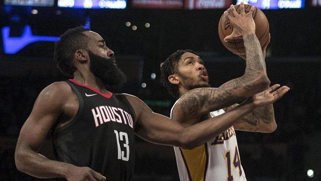 James Harden (vlevo) z Houstonu brání ve střelbě Brandonu Ingramovi z Los Angeles Lakers.