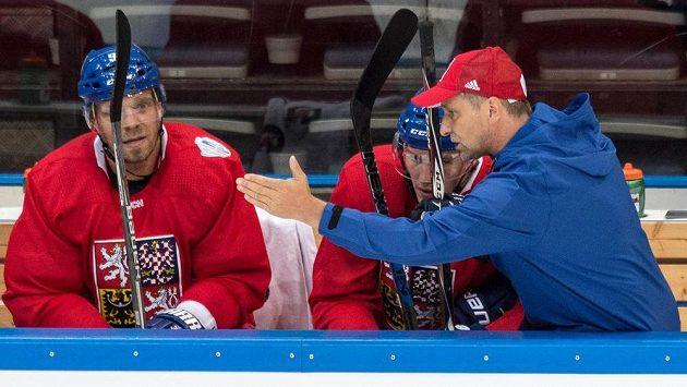 Trenér Josef Jandač udílí na střídačce pokyny pro Dmitrije Jaškina a Milana Michálka (vlevo).