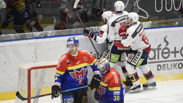 Hokejisté Pardubic se radují z prvního gólu. Zleva autor branky Marek Hovorka, Juraj Mikuš a Tomáš Rolinek.