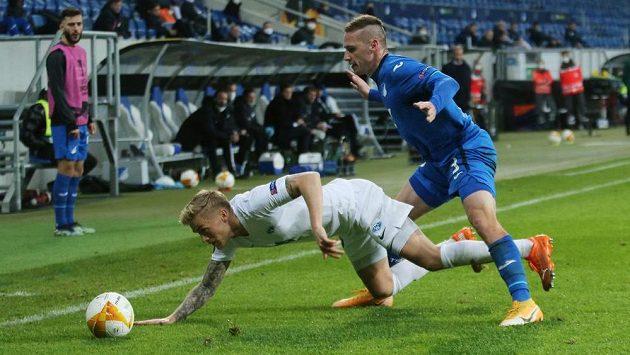 Pavel Kadeřábek z Hoffenheimu a padající Eirik Ulland Andersen z Molde.