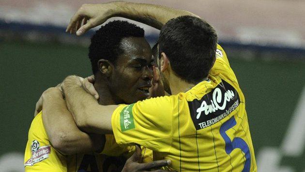 Tepličí hráči Eugene Salami (vlevo) a Admir Ljevakovič se radují z gólu.