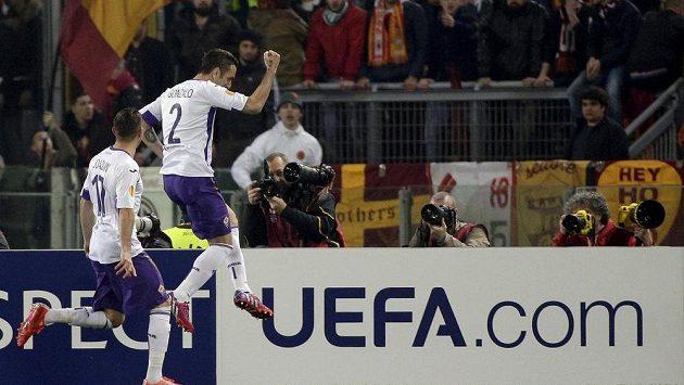 Gonzalo Rodriguez z Fiorentiny (vpravo) se raduje z gólu proti AS Řím.