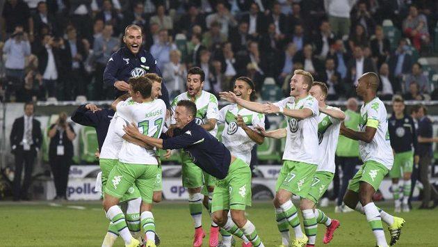 Fotbalisté Wolfsburgu se radují z vítězství v německém Superpoháru.