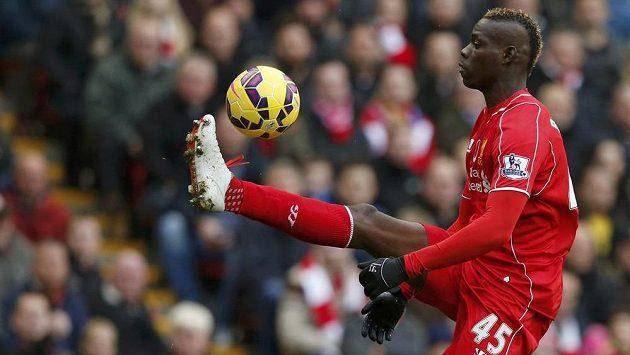 Mario Balotelli v dresu Liverpoolu nezáří. Momentálně je kritizovaný útočník na marodce.