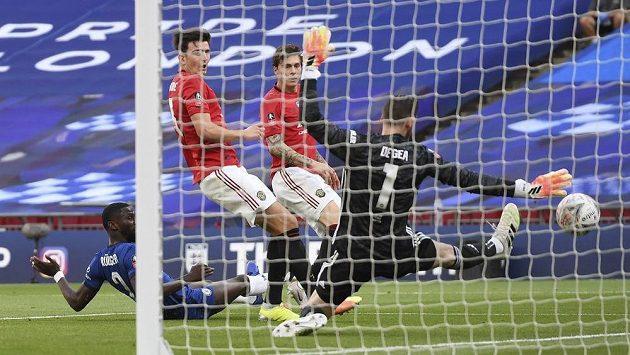 Brankář Manchesteru United David de Gea inkasuje potřetí v semifinále Anglického poháru s Chelsea.