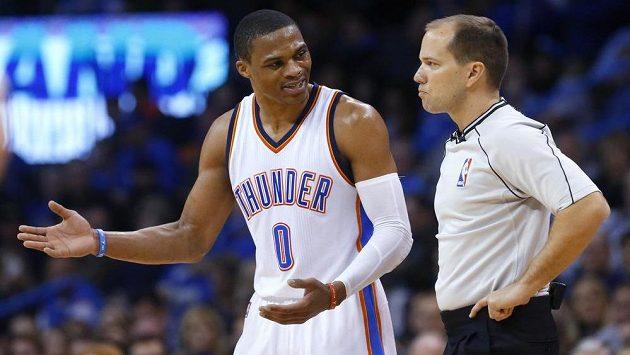 Basketbalista Oklahomy Russell Westbrook (vlevo) v debatě s rozhodčím během zápasu s Indianou.