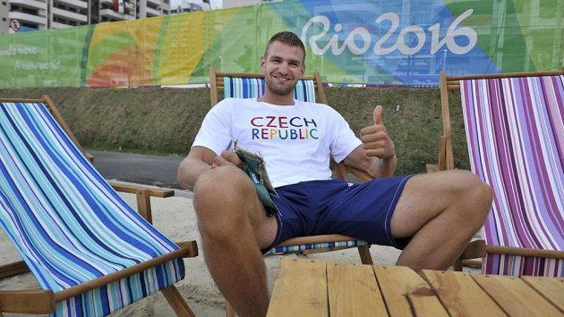 Skifař Ondřej Synek v olympijské vesnici.