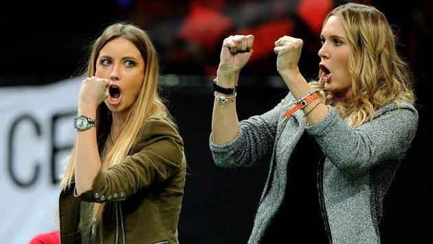 Takhle minulý rok Nicole Vaidišová (vpravo) fandila českým tenistům v Davisově poháru. Vlevo je přítelkyně Tomáše Berdycha, modelka Ester Sátorová.