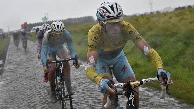 Italský cyklista Vincenzo Nibali (ve žlutém trikotu vedoucího jezdce) v úseku na dlažebních kostkách v průběhu středeční páté etapy Tour de France.