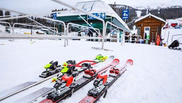 Sedmnáctiletý německý lyžař Max Burkhart zemřel den po těžkém pádu v tréninku na sjezd závodu severoamerického seriálu NorAm Cup v kanadském Lake Louise (ilustrační foto)