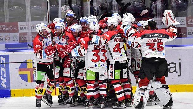 Hráči Pardubic se radují z vítězství po prodoužení nad Plzní ve 2. kole extraligy.