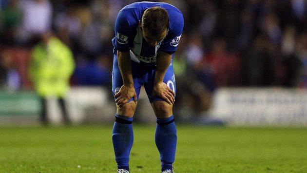 Zklamaný záložník Wiganu Shaun Maloney po porážce se Swansea.