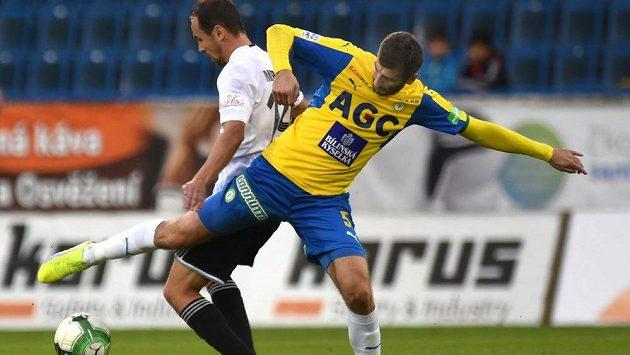 V popředí teplický Admir Ljevakovič bojuje o míč s Janem Moravcem z Karviné v utkání 11. kola HET ligy.