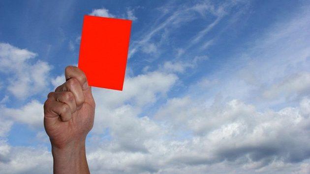 Maude Gormanová dostala právem červenou kartu.