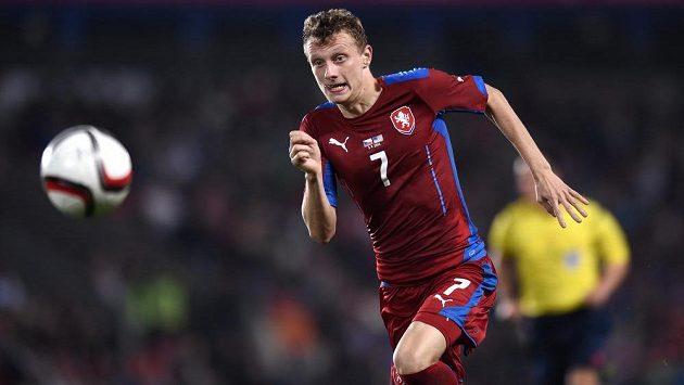 Český reprezentační záložník Ladislav Krejčí v duelu s USA.