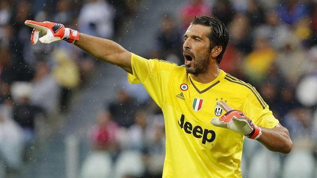 Gólman Juventusu Gianluigi Buffon diriguje spoluhráče v ligovém utkání proti Udine.
